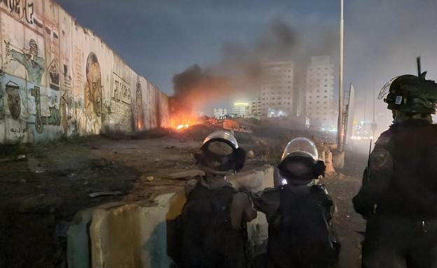 מתפרעים במתחם מעבר קלנדיה (צילום: דוברות המשטרה)