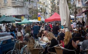 אנשים מבלים בתל אביב (צילום: פלאש 90)