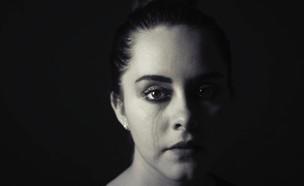 בחורה עצובה (צילום: Cristian Newman UNSPLASH)