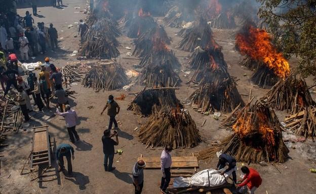 אתרי השריפה שהוקמו בהודו כדי להתמודד עם המתים הגבו (צילום: ap)