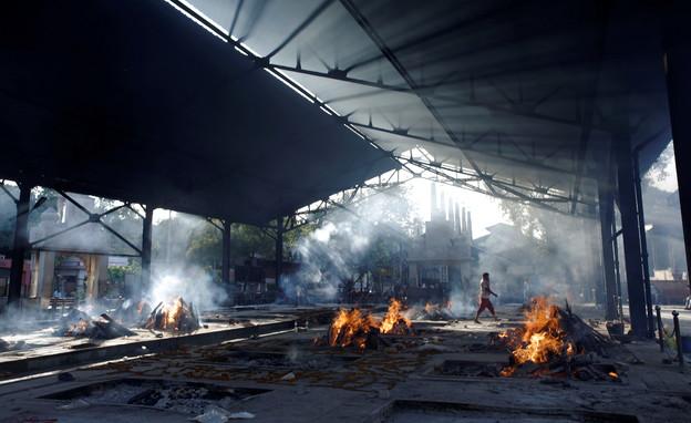 אתרי השריפה שהוקמו בהודו כדי להתמודד עם המתים הגבו (צילום: reuters)