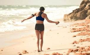 ריצה בים שקיעה (צילום: Debby Hudson UNSPLASH)