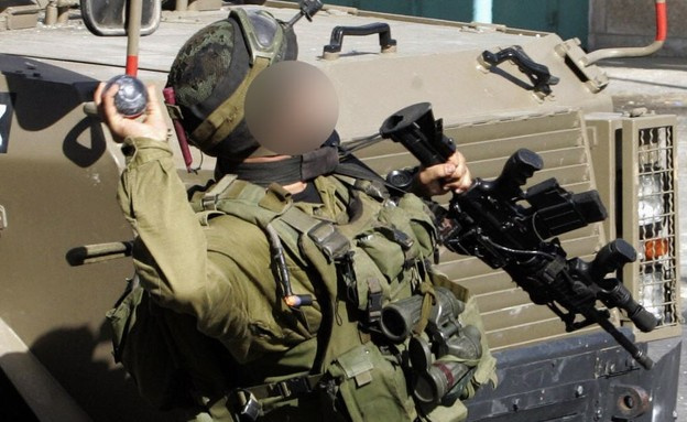 חייל זורק רימון, אילוסטרציה (צילום: MUSA AL-SHAER/AFP, GettyImages)