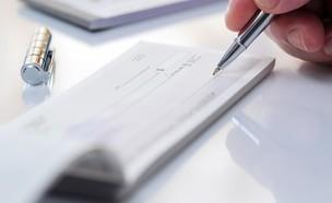 חתימה על צ'ק (צילום: Icatnews, shutterstock)