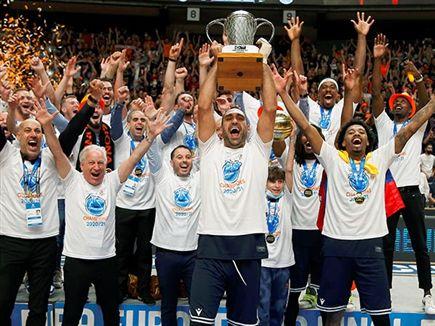 הקבוצה חגגה את הזכייה (אלן שיבר) (צילום: ספורט 5)