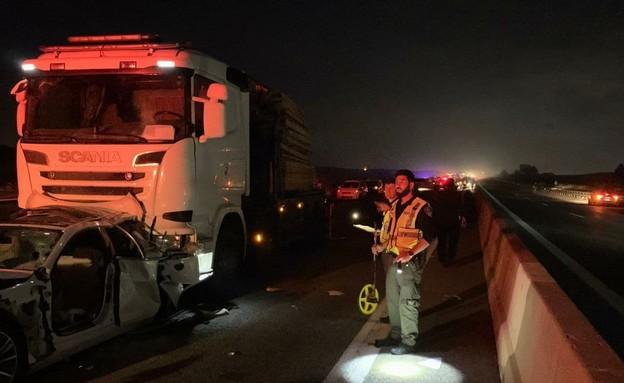 """תאונת דרכים בכביש 77 (צילום: מד""""א)"""