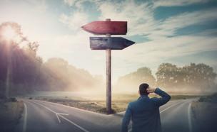 איש עומד בצומת דרכים ומתלבט במה לבחור (אילוסטרציה: StunningArt, shutterstock)