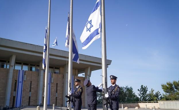 דגלי המדינה הורדו לחצי התורן בכנסת (צילום: נועם מושקוביץ, דוברות הכנסת)