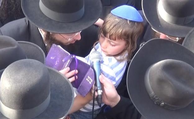 יונתן רובין בן ה-4 קורא קדיש על אביו (צילום: החדשות 12)