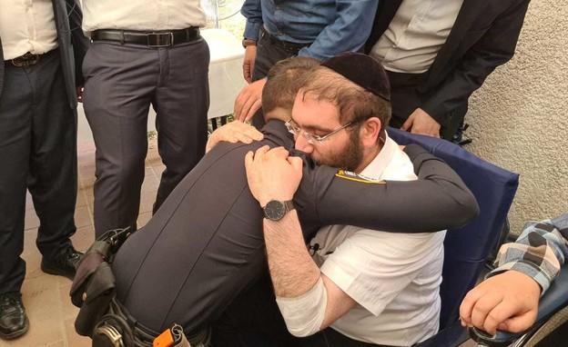 מפגש בין השוטר לבין משפחת הילד שהציל באסון מירון (צילום: N12)