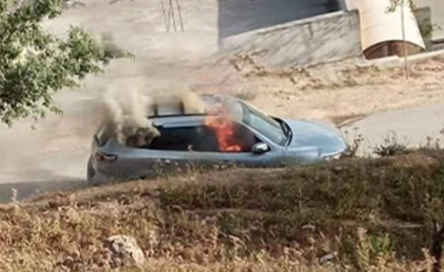הפלסטינים הציתו את הרכב שממנו בוצע הפיגוע אתמול (צילום: אינטליניוז בטלגרם)