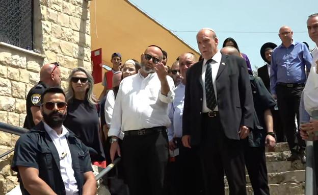 מבקר המדינה מסייר באזור האסון במירון (צילום: החדשות 12)