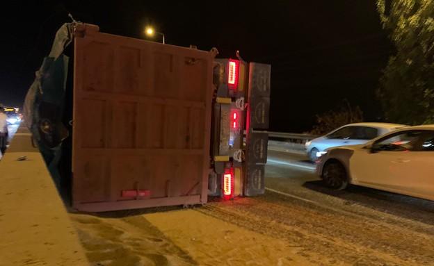 משאית חיטה התהפכה בכביש 1 (צילום: N12)
