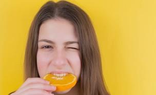 בחורה אוכלת תפוז (צילום:  Diana Polekhina unsplash)