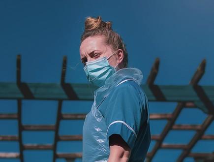 סטודנטית לרפואה (צילום: Luke Jones, unsplash)