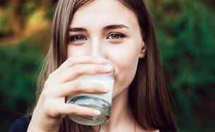 שותה חלב (צילום: shutterstock)