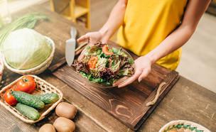 אישה מכינה אוכל בריא (צילום:  Nomad_Soul, shutterstock)