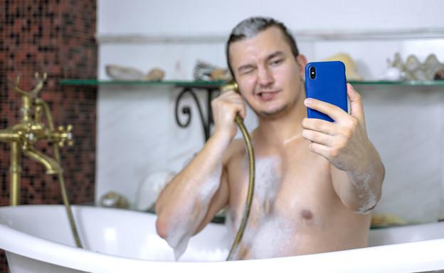 גבר באמבטיה (צילום: Masarik, shutterstock)