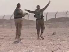 חיילות ישראליות רוקדות עם חיילים מצרים (צילום: סעיף 27)