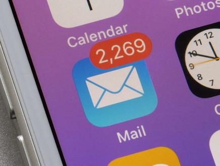 התראות מוגזמות באייפון (צילום: Tada Images  Shutterstock.com)