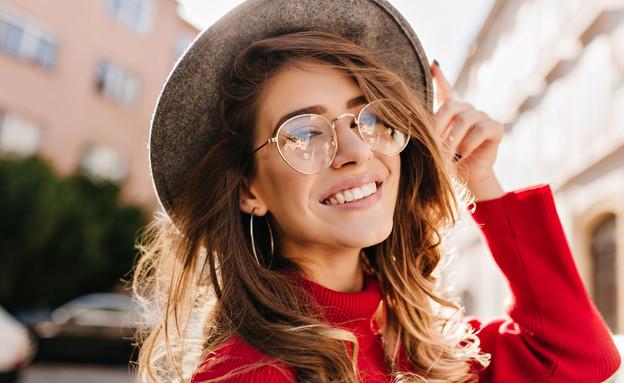 אישה מרכיבה משקפיים (צילום: Look Studio, shutterstock)