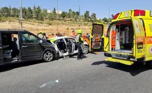 """תאונה בכביש 1  (צילום: מד""""א)"""