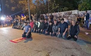 """תפילת רמדאן מול הלשכה החדשה של ח""""כ איתמר בן גביר ב (צילום: N12)"""
