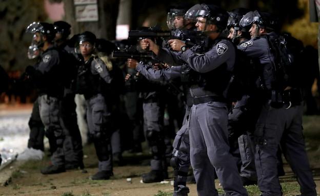 שוטרים בהפרות הסדר במהומות בהר הבית בלילה (צילום: רויטרס)
