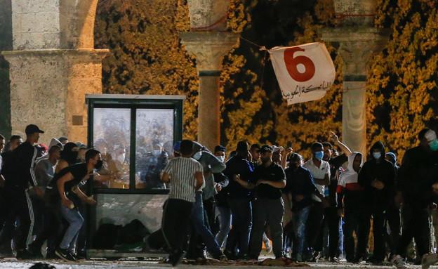 התנגשויות בין שוטרים ומתפללים במסגד אלאקצא (צילום: AP)