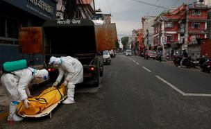 פינוי גופת חולה קורונה בקטמנדו (צילום: רויטרס)