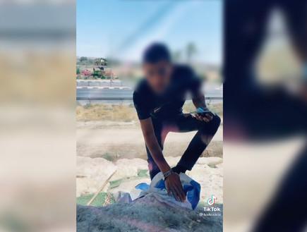 צעיר בדואי תיעד את עצמו מנגב את נעליו בדגל המדינה - ונעצר