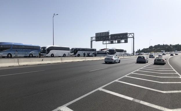 כביש מספר אחד עוצרים אוטובוסים בדרך לירושלים
