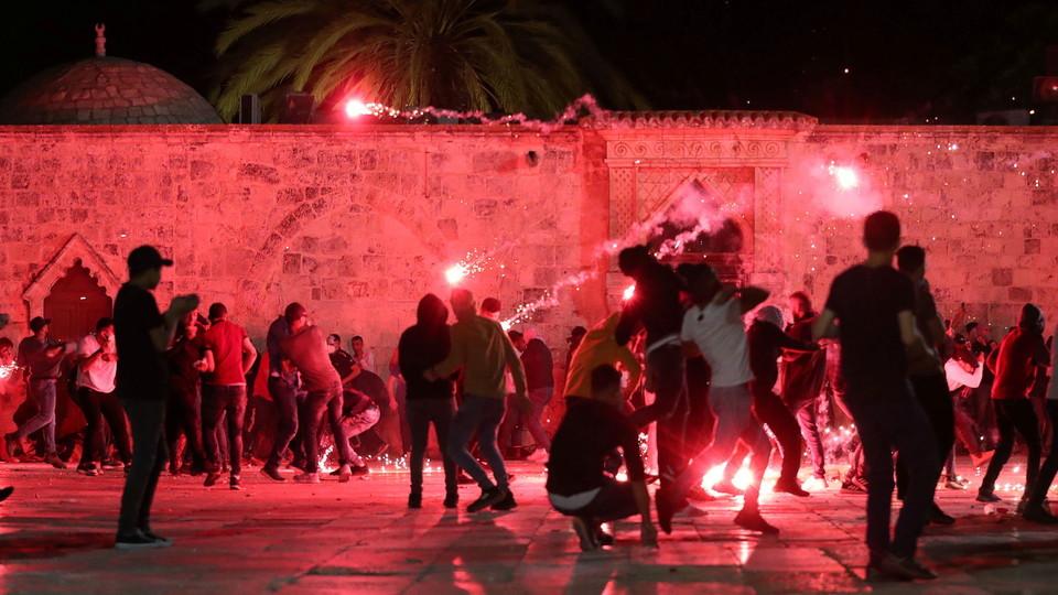 מהומות בהר הבית: מתפללים יורים זיקוקים (צילום: רויטרס)