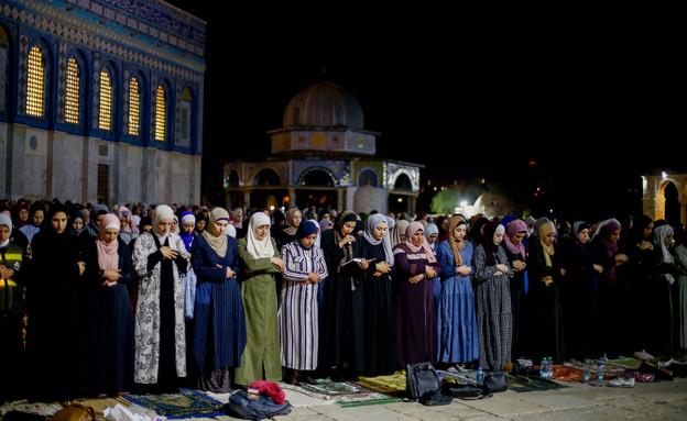 """עשרות אלפים הגיעו לאל-אקצא לתפילת """"לילת אל-קאדר"""" (צילום: כ'מאל עוואד, פלאש 90)"""