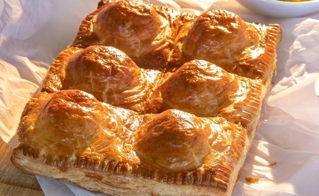 מאפה בצק עלים עם גבינות וארטישוקים (צילום: ישראל אהרוני)