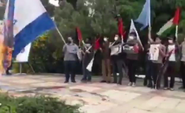 אירני מצית את דגל ישראל ועולה באש