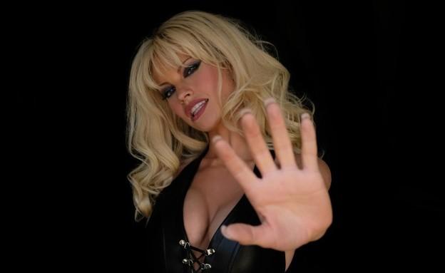 השחקנית שתגלם את פמלה אנדרסון (צילום: ERICA PARISE, hulu)