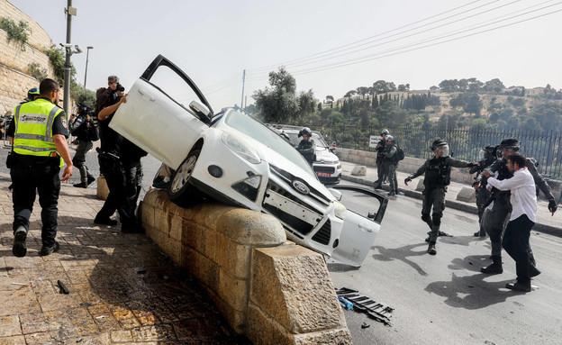 הרכב הפוגע בניסיון הלינץ' בעיר העתיקה (צילום: אוליביה פיטוסי, פלאש 90)