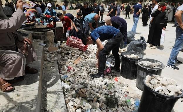 מתפללים במתחם אל-אקצא מתכוננים לעימותים (צילום: רויטרס)