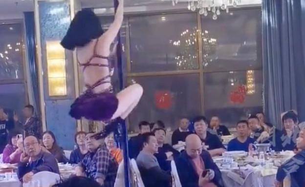 חשפנית בחתונה (צילום: Douyin/HBTV02787333333)