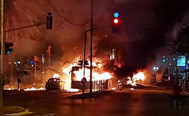 אוטובוס בחולון נשרף בגלל פגיעת רקטה