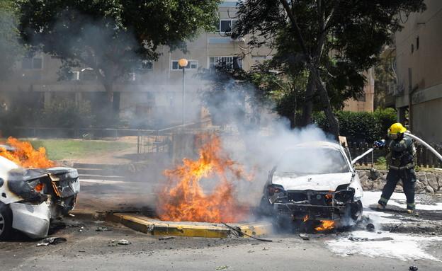 פגיעה ישירה של רקטה ברכב באשקלון (צילום: שי פרנקו,רויטרס)