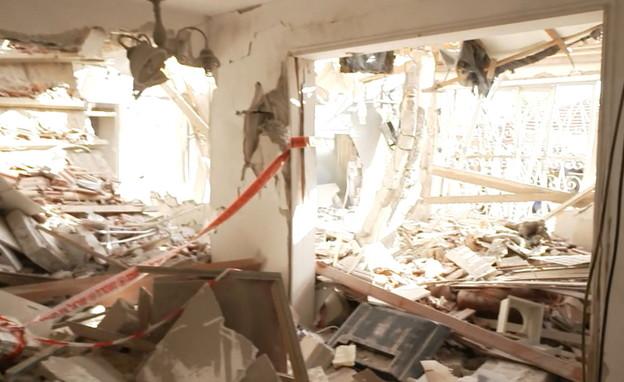 תיעוד הריסות הבית שנפגע מרקטה (צילום: N12)