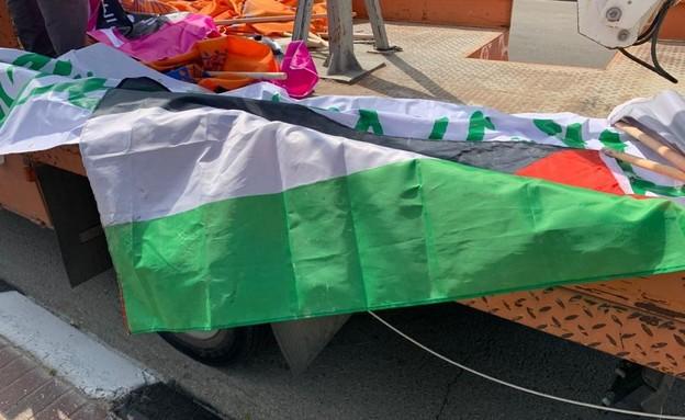 רכב שירות של עיריית לוד, מסיר דגלי פלסטין שנתלו ברחבי העיר