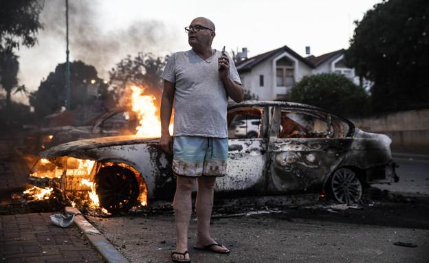 מכונית הוצתה בהתפרעויות בלוד (צילום: AP)