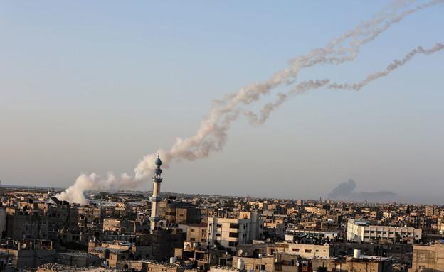 שיגור רקטה מרצועת עזה לעבר ישראל (צילום: רחים קטיב, פלאש 90)