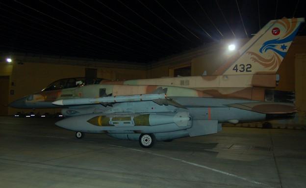 """מטוס קרב חמוש בפצצות (צילום: דובר צה""""ל )"""
