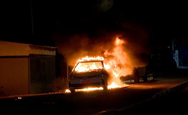 ניידת משטרה הוצתה בלוד (צילום: חדשות 12)