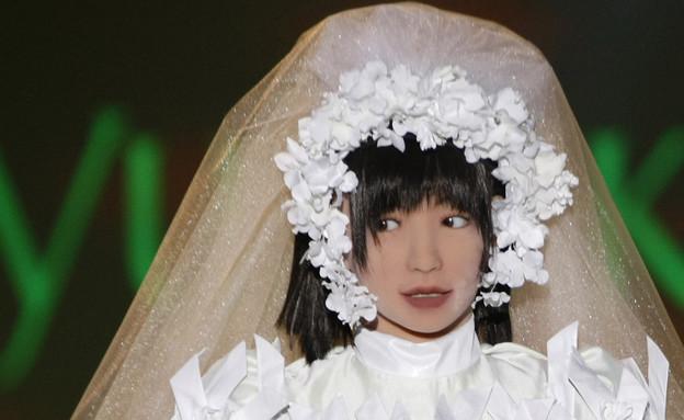 בובת רובוט בשמלת כלה (צילום: רויטרס)
