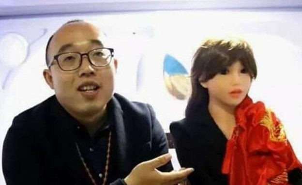 ז'אנג ג'יג'יה ואשתו הרובוטית ינג-ינג (צילום: התקשורת הסינית)